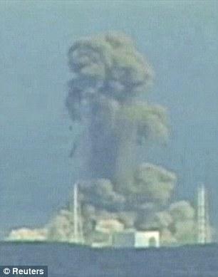 Дэлбэрэлт: 2011 оны 3 сар, Фукушима Дайчи АЦС дээр ээлжит дэлбэрэлт болсны дараа утаа олгойдож байгаа нь.