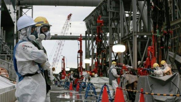 Ажилчид  ТЭПКО-гийн (Токиогийн Эрчим хүчний компани) эзэмшил цунамид гэмтсэн Фукушима Даичи АЦС-ыг тойруулан газар дор хамгаалалтын мөсөн хана босгож байгаа нь. Гэрэл зургийг: Мэдээллийн Ройтерс агентлаг, Кимимаса Маяма.