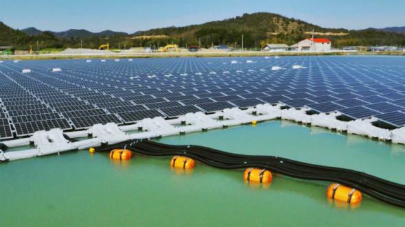 Японы Kyocera Corporation, Century Tokyo Leasing Corporation гэдэг 2 корпораци усанд хөвдөг нарны 2 цахилгаан станц байгуулахад 7 сар зарцуулжээ. Хего мужийн Като хотын ойролцоох хоёр нууран дээр 2 цахилгаан станц байгуулсан нь нийлээд жилд 3300 мегаватт /цаг эрчим хүч үйлдвэрлэх ба 920 өрхийг эрчим хүчээр хангах чадалтай.  Эх сурвалж: http://t.co/oKf1fglQai